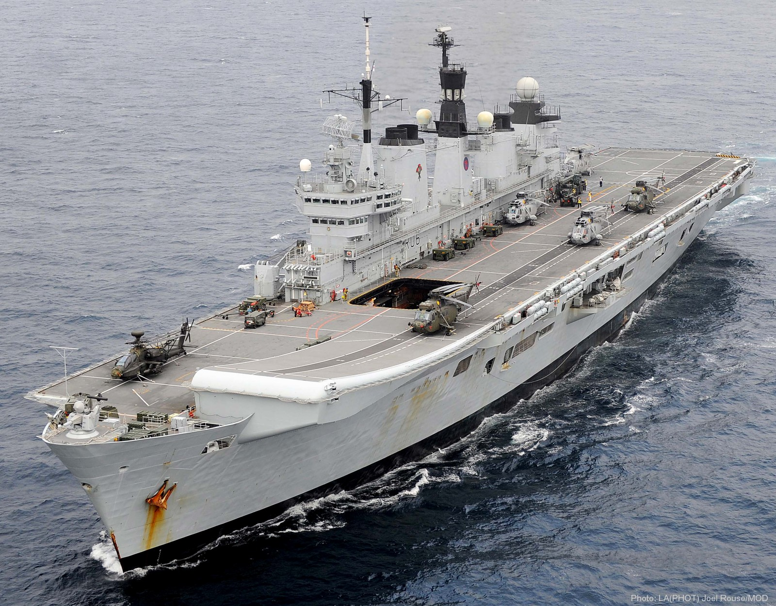 Hms illustrious r 06 invincible class aircraft carrier for Porte helicoptere