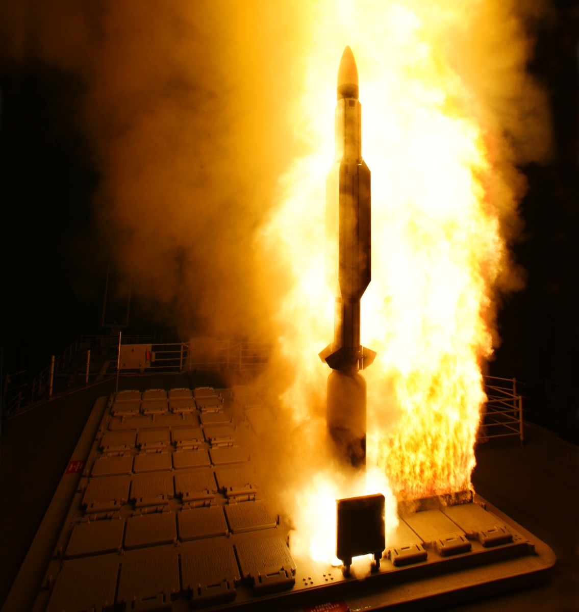الطراد الأمريكي تايكندروجا RIM-161-SM-3-013