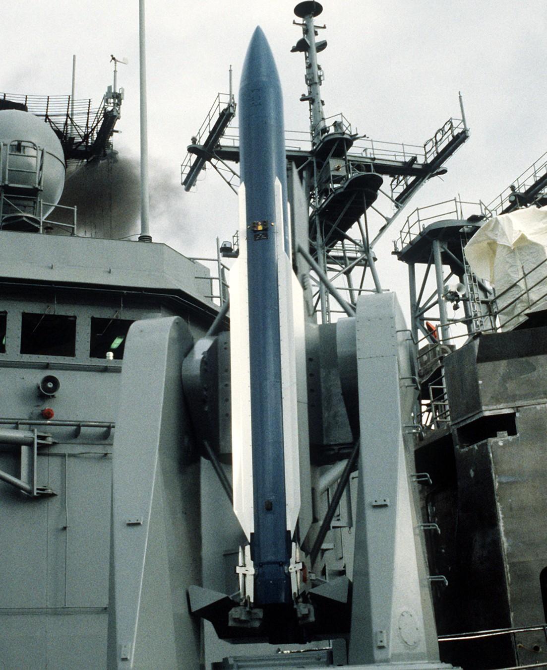 الطراد الأمريكي تايكندروجا RIM-66-Standard-Missile-016